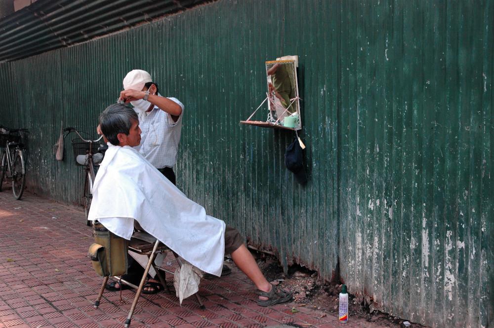 Barber shop on the road - Hanoi, Vietnam - Barber shop on the road - Hanoi, Vietnam